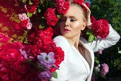 De schoonheidsvrouw met bos nam bloemen toe Royalty-vrije Stock Foto's