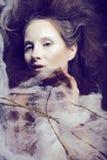 De schoonheidsvrouw met creatief maakt omhoog als cocon, Halloween-griezelige viering Stock Afbeeldingen