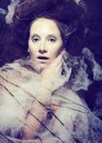 De schoonheidsvrouw met creatief maakt omhoog als cocon, Halloween-viering Royalty-vrije Stock Afbeelding