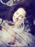 De schoonheidsvrouw met creatief maakt omhoog als cocon, Halloween-viering Royalty-vrije Stock Fotografie