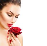 De schoonheidsvrouw met rood nam toe Stock Afbeeldingen