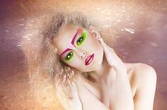 De schoonheidsvrouw van de manier met kleurrijke make-up en creatief kapsel Royalty-vrije Stock Fotografie