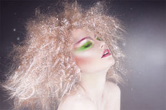 De schoonheidsvrouw van de manier met kleurrijke make-up en creatief kapsel Stock Afbeeldingen