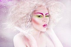 De schoonheidsvrouw van de manier met kleurrijke make-up en creatief kapsel Stock Foto's