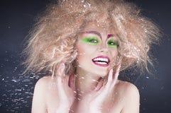 De schoonheidsvrouw van de manier met kleurrijke make-up en creatief kapsel Stock Foto