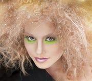 De schoonheidsvrouw van de manier met kleurrijke make-up en creatief kapsel Stock Fotografie