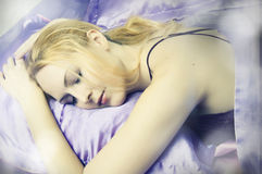 De schoonheidsvrouw van de slaap in de alleen close-up van het zijdeBed Royalty-vrije Stock Fotografie