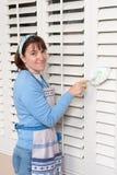 De schoonmakende blinden van de vrouw Stock Afbeeldingen
