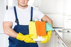 De schoonmakende dienst met beroepsuitrusting tijdens het werk het professionele kitchenette schoonmaken, bank chemisch reinigen, royalty-vrije stock foto