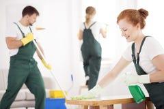 De schoonmakende dienst tijdens het werk stock foto's