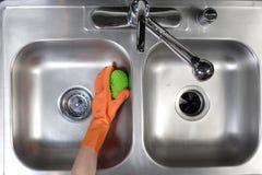 De schoonmakende Gootsteen van de Keuken Royalty-vrije Stock Afbeeldingen