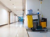 De schoonmakende hulpmiddelenkar wacht op meisje of reinigingsmachine in het ziekenhuis Emmer en reeks van het schoonmaken van ma royalty-vrije stock fotografie