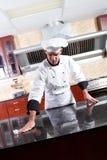 De schoonmakende keuken van de chef-kok stock afbeelding