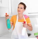 De schoonmakende keuken van de vrouw Royalty-vrije Stock Afbeelding