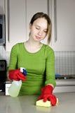 De schoonmakende keuken van het meisje Stock Foto