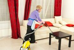 De schoonmakende ruimte van de vrouw met vacuüm Royalty-vrije Stock Foto
