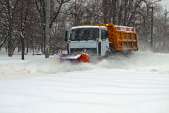 De schoonmakende sneeuw van de sneeuwploeg Stock Foto's