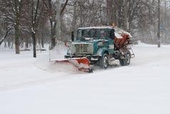 De schoonmakende sneeuw van de sneeuwploeg Stock Foto
