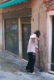 De schoonmakende straat van de dame Stock Afbeeldingen