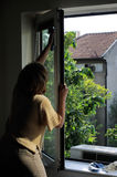 De schoonmakende vensters van de vrouw Royalty-vrije Stock Afbeelding