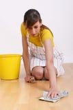 De schoonmakende vloer van de vrouw Stock Afbeelding