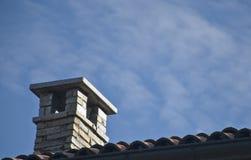 De schoorsteen op het dak Stock Foto's