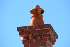 De Schoorsteen van de baksteen met Potten Stock Afbeelding