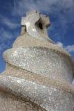 De schoorsteenbeeldhouwwerk van Gaudi van het mozaïek Stock Fotografie