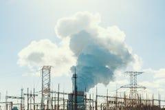 De Schoorsteentoren van de kernenergieinstallatie met rook of damp, het concept van de machtsindustrie royalty-vrije stock afbeeldingen