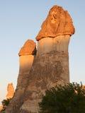 De Schoorstenen van de fee met avondlicht in Cappadocia Royalty-vrije Stock Afbeelding