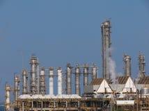 De schoorstenen van de raffinaderij Stock Afbeeldingen