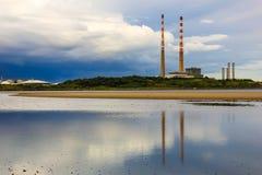 De schoorstenen van de Poolbegelektrische centrale dublin ierland royalty-vrije stock afbeeldingen