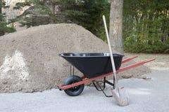 De schop en het vuil van de kruiwagen Royalty-vrije Stock Afbeelding
