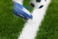 De Schop van de voetbalvoetbal Voetballer Kicking Ball op het Gebied Close-up van voetbalbal en voetballersvoet in motie stock afbeelding
