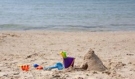 De schoppen van kinderen in het zand op het strand stock foto