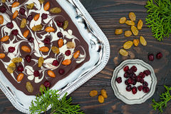 De schors van de vakantiechocolade met droge vruchten en noten op een donkere houten achtergrond Hoogste mening Dessertrecept voo Stock Fotografie