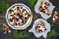 De schors van de vakantiechocolade met droge vruchten en noten op een donkere houten achtergrond Hoogste mening Dessertrecept voo Royalty-vrije Stock Foto's