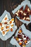 De schors van de vakantiechocolade met droge vruchten en noten op een donkere houten achtergrond Hoogste mening Dessertrecept voo Stock Afbeeldingen