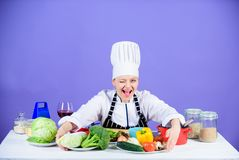 De schort van de de slijtagehoed van de vrouwenchef-kok dichtbij lijstingrediënten Onderwijst de meisjes aanbiddelijke chef-kok c stock afbeelding