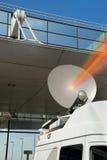 De schotel en de straal van de mobiele satelliet stock afbeeldingen