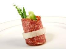 De schotel van Canape met salami Stock Afbeeldingen