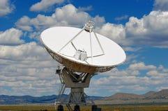 De schotel van de radar in woestijn stock foto's