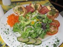 De schotel van de salade met verpakte feta Stock Foto's