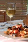 De schotel van garnalen met glas witte wijn - het knippen pa Royalty-vrije Stock Afbeelding