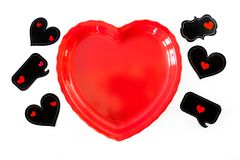De schotel van hartvormen met drie decoratieve toespraakbellen op één van beiden Royalty-vrije Stock Foto