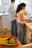 De schotel van het fruit in een keuken stock foto