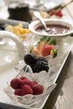 De schotel van het fruit met assortiment van bessen Stock Afbeelding