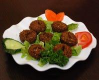 De schotel van het Middenoosten falafel met salade royalty-vrije stock afbeeldingen