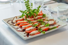 De schotel van het saladeassortiment in een ontvangst Stock Foto's