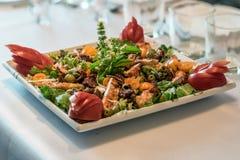 De schotel van het saladeassortiment in een ontvangst Stock Fotografie